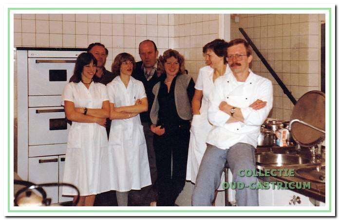 De keukenploeg in 1981 met kok Riko Leeuwerke.