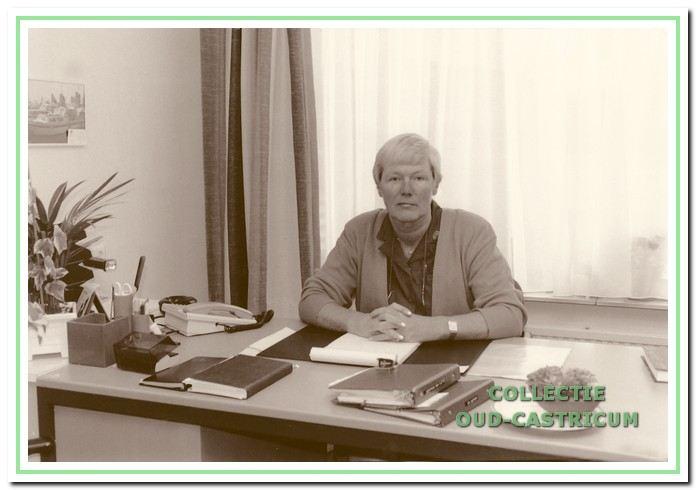 Nanny Boelen achter haar bureau in de jaren 1990.