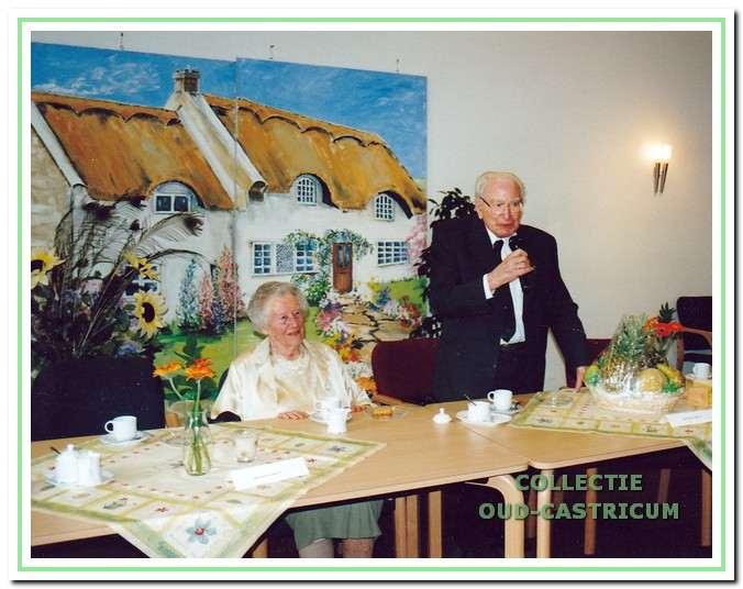 Het echtpaar Van der Oord tijdens hun 75-jarig huwelijk op 22 augustus 2004. Cor was toen 104 en Willy 99 jaar oud.