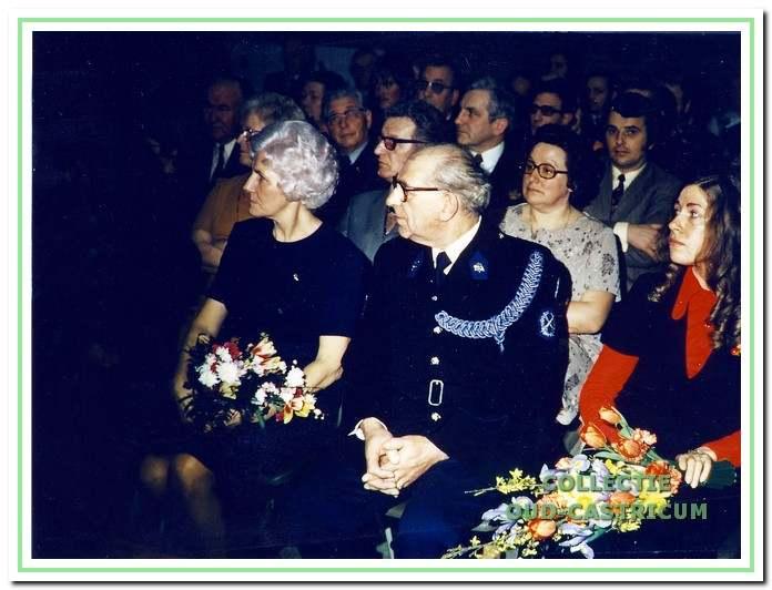 Na 27 jaar op Bakkum gestationeerd te zijn geweest, nam Frits Schefferlie in 1973 afscheid wegens het bereiken van de pensioengerechtigde leeftijd. Links zijn echtgenote en rechts dochter Rina.