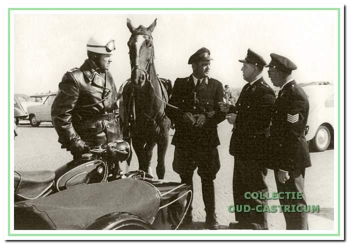 V.r.n.l. de collega's Kloos, Van der Water, Van de Berg (Bereden politie Bergen) en een onbekend persoon.