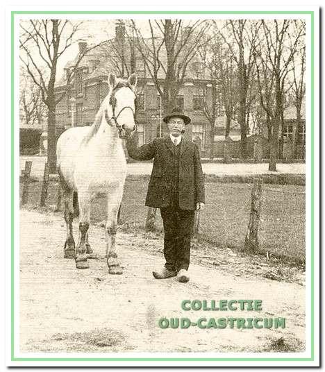 Jan Baltus in 1934 met paard op het erf naast zijn huis. (Foto: Jeanne Ruigrok-Schoorl in het Zondag Ochtendblad van 21 januari 2007).