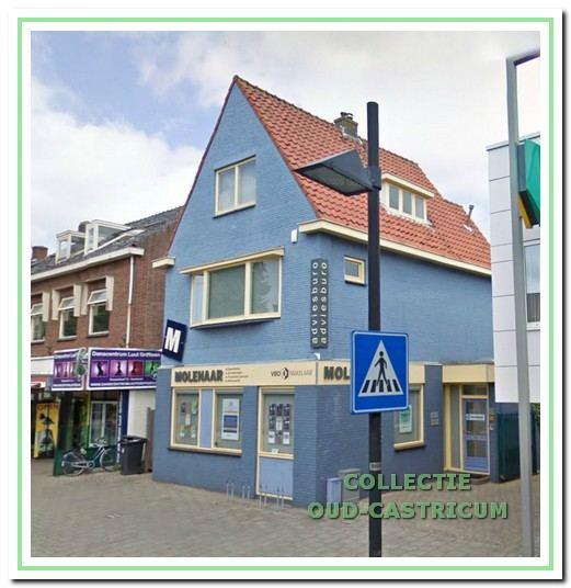 Deze foto toont links het pand van Adviesbureau Molenaar, Dorpsstraat 74, waarin ondanks de opvallende schildering, nog het oorspronkelijke pand is te herkennen.