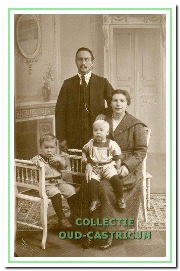 Volgert Koeman en Johanna Maria Blei met hun twee kinderen Gerrit en Henk.