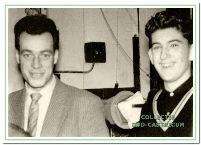 Loek Zonneveld (links) met Piet Bettink, die al op jonge leeftijd veel interesse had voor het werk in de bioscoop.