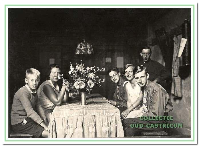 De dors deed dienst als 'dagverblijf '. Piet Mooij (staand) was naast boer ook twee seizoenen 'jeugdherbergvader' (1930).