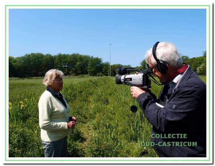 Sineke van der Sluis knipte in 1936 het lint door tijdens de opening van de Kennemer IJsbaan. Na ruim 77 jaar kwam zij terug aan de Zeeweg voor opnames van een film van Hans Kinders(rechts) over de geschiedenis van de ijsbaan.