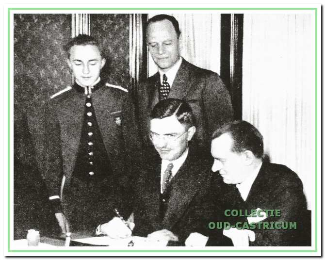Carel J. Brensa (midden-boven) aanwezig bij de ondertekening van de overeenkomst tussen uitdager Max Euwe (met de pen in zijn hand) en de - toen nog wel - wereldkampioen schaken Aljechin in 1935.