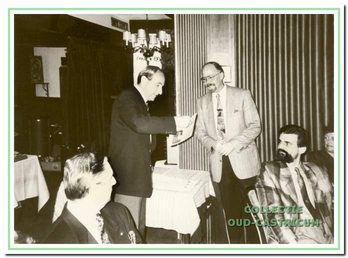 Burgemeester Koos Schouwenaar krijgt in 1989 het eerste exemplaar van 'de Castricummer Uw regiokrant' van Cees de Ruijter.