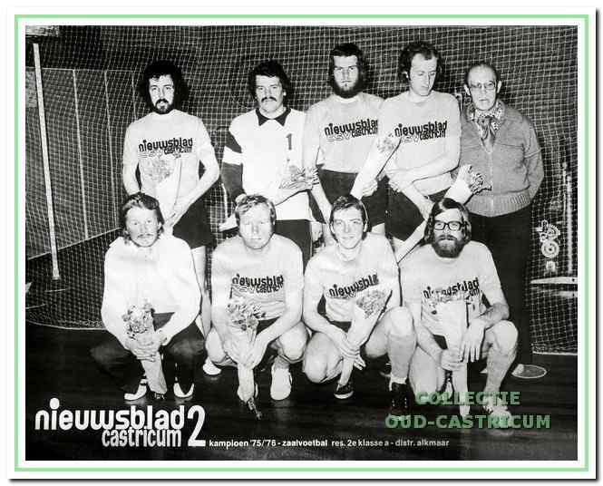 Het zaalvoetbalteam van het Nieuwsblad dat onder leiding van Jan Boesenkool in 1975 / 1976 kampioen werd in zijn klasse.