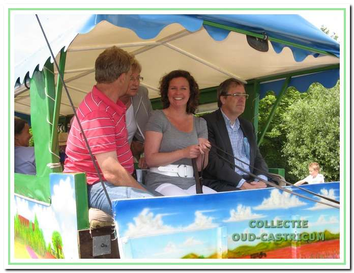 Onder toeziend oog van burgemeester Emmens - Knol loodst wethouder Portegies de paardentram over de Maerdijk / Korendijk. Daarmee wordt de dijk officieel in gebruik genomen.
