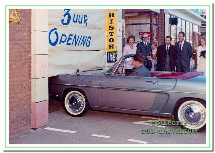 Renaultdealer Dick Baltus opende in 1965 de vergrote spuiterij.