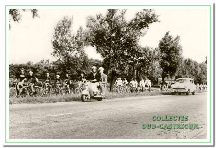 De karavaan in 1959 met Harry Rullens voorop.