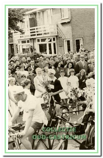 Nico Ruckert (met bril) wordt in 1958 feestelijk ingehaald als winnaar van de 'kleine jongens'.