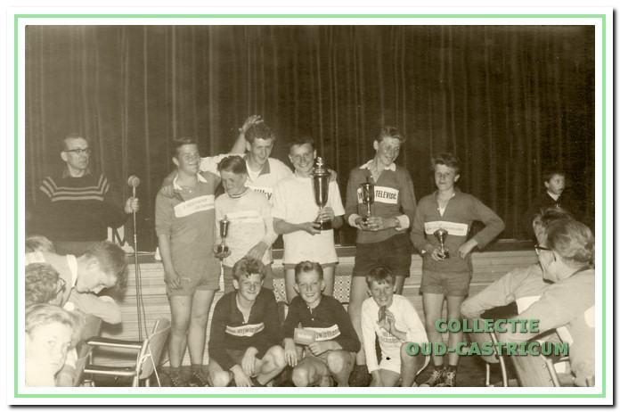 Prijsuitreiking in 1961 met Nico van de Ven die de winnaarsbeker in de wacht sleepte.