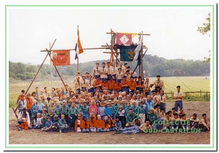 De in 1989 nog vier bestaande Castricumse scoutinggroepen bijeen.