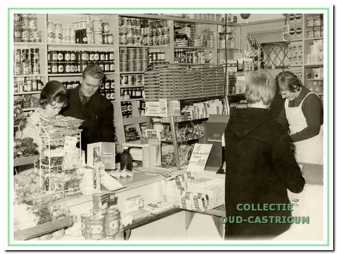 De winkel in 1969 met Henk achter de toonbank.