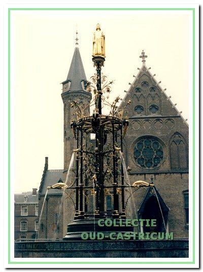 De in neo-gotische trant uitgevoerde smeedijzeren fontein op het Binnenhof die door Engel Twisk is gerestaureerd.