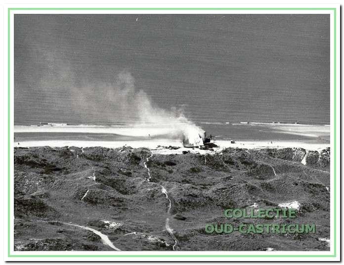 Het gestrande schip de Wan Chun staat in brand.