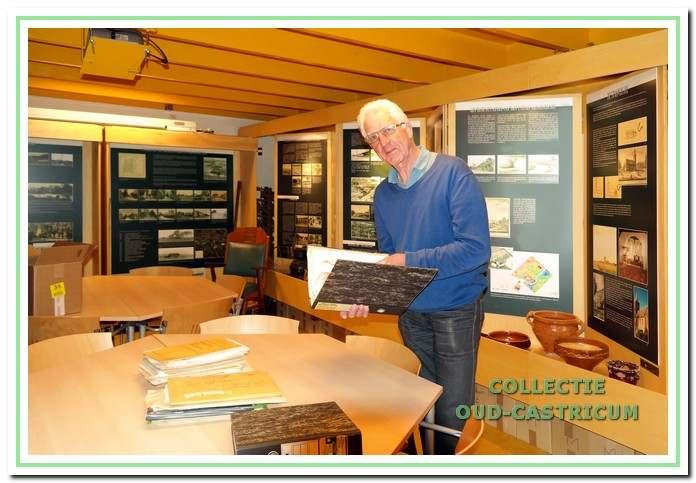 Aad de Wit, een van de leden van de startgroep, overhandigt zijn archief aan de Werkgroep Oud-Castricum.