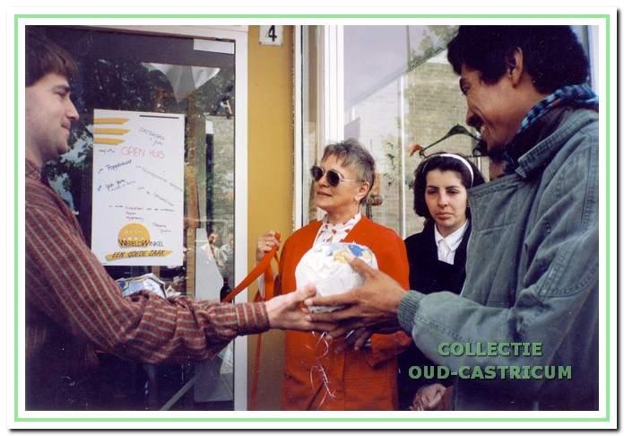 Opening van de nieuwe winkel aan de C.F. Smeetslaan op 1 juni 1991; v.l.n.r. voorzitter Maarten de Wit, An de Graaf en twee vakbondsleiders uit Chili die de opening hebben verricht.