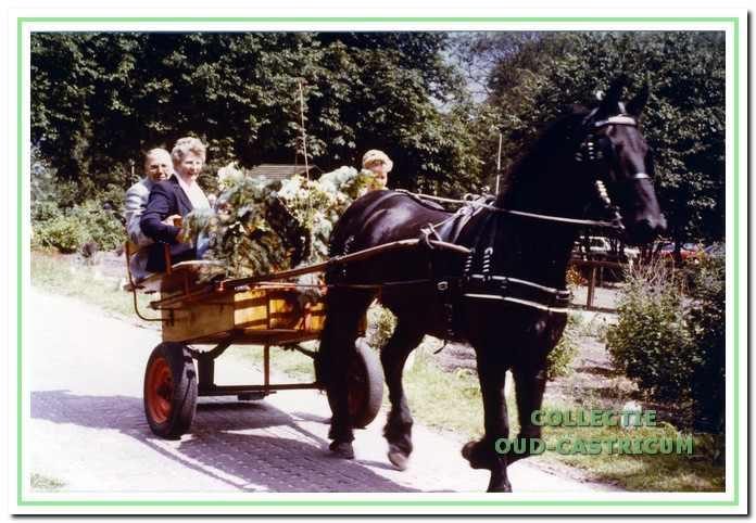 Voor zijn afscheidsreceptie in Johanna's Hof werden Cor Mooij met zijn echtgenote Lien Ooms en dochter Adri per paard en wagen afgehaald.