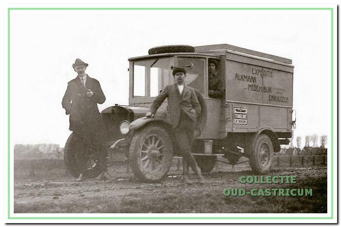 De vrachtauto van Expeditie A. Zandbergen, die reed tussen Alkmaar, Medemblik en Enkhuizen. Het was een oude Duitse legerwagen van het merk Paesto (met massieve banden). Achter het stuur zit Arie de Wit.