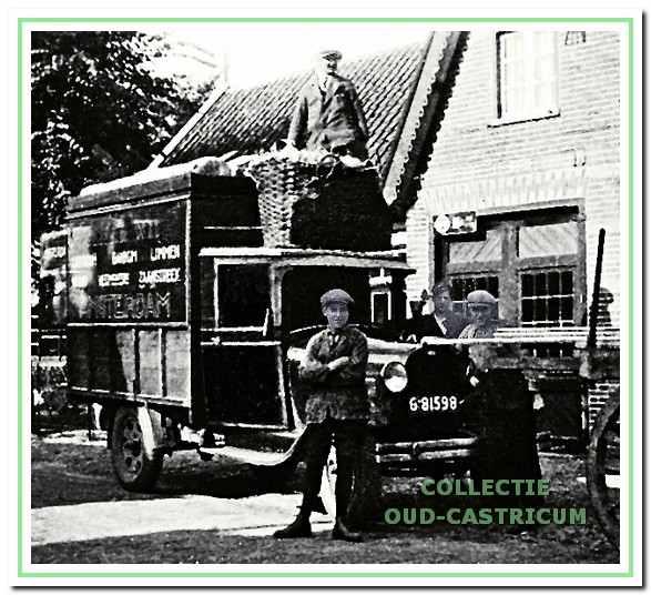 De vrachtauto van Gebr. De Wit in 1932 voor de smederij van Hoebe aan de Bakkummerstraat. Bovenop de auto staat Arie de Wit. In de mand zit glas- en aardewerk verpakt in stro.