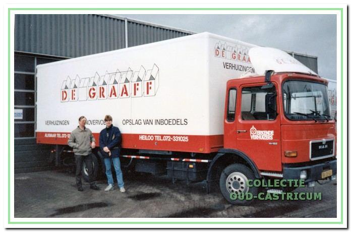 Hans de Wit met zijn zoon Jean-Michel voor de verhuisauto van De Graaff.