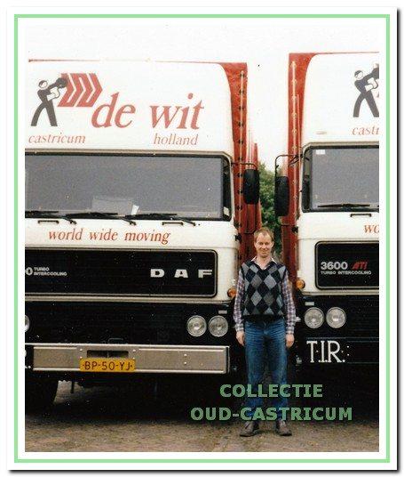 Fred de Wit voor twee DAF-vrachtwagens in 1986.