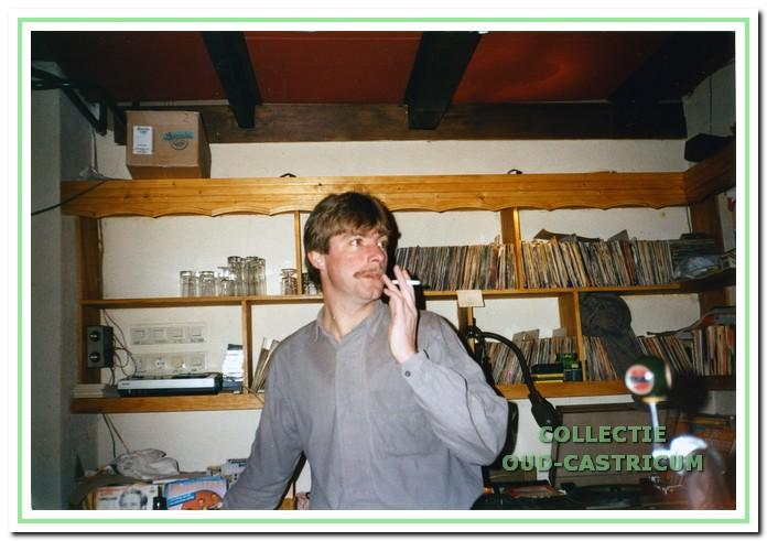 Menno Twisk als diskjockey.