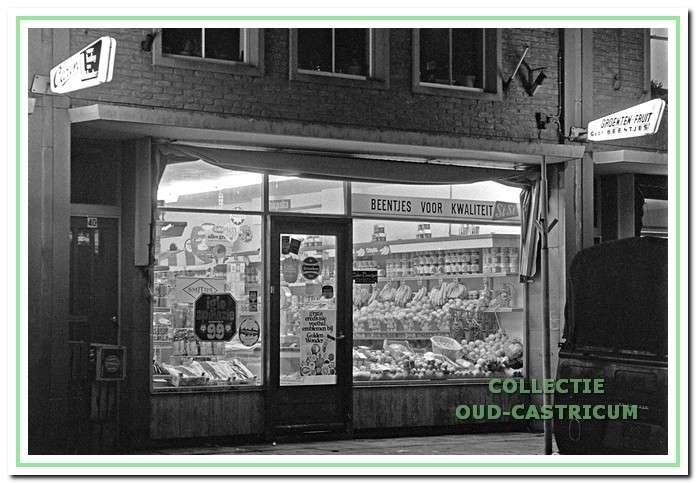 Groentewinkel van Beentjes, Torenstraat 40, Castricum in 1972.