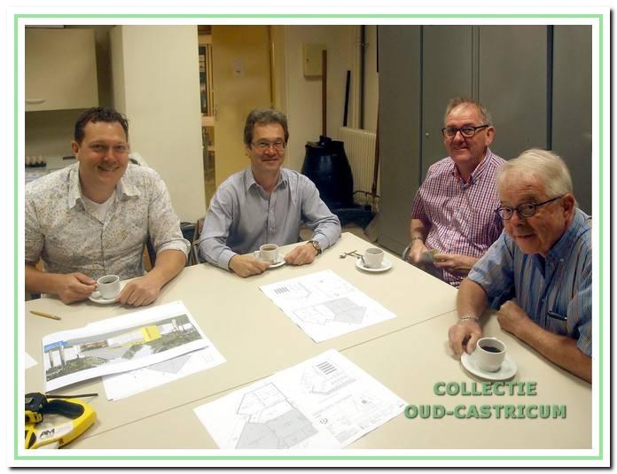 Nieuwe uitbreiding. Al enige jaren zijn er plannen in voorbereiding voor de vergroting van De Duynkant met een filmzaal annex archiefruimte. V.l.n.r. de architecten Harry van Wilsem en René Cabri met Gerard Veldt en Peter Sibinga van de bouwcommissie.