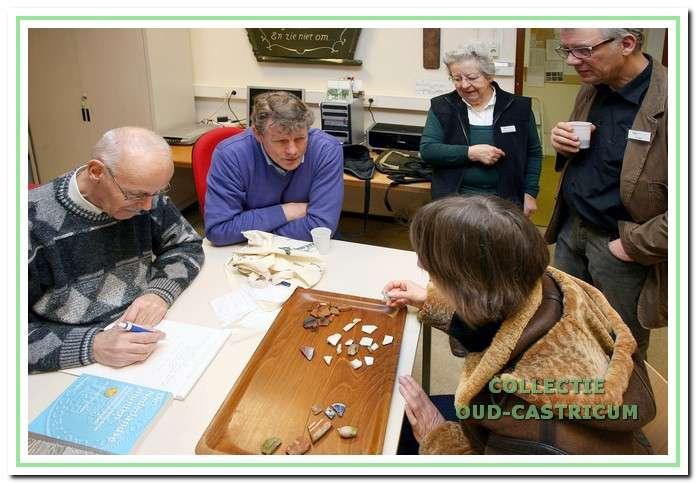 Spreekuur. Op 1 maart 2009 werd voor het eerst een archeologisch spreekuur gehouden. V.l.n.r. Cees van Roon, Rino Zonneveld, Anneke van der Kamp en Cor Smit.