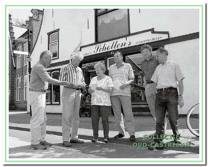 Wandelboekje. Oud-Castricum was ook betrokken bij de samenstelling van wandel- of fietsrouteboekjes. In 2007 ontving Cornelis Schotten in de Dorpsstraat het eerste exemplaar van 'Een rondwandeling in de oude dorpskom'.
