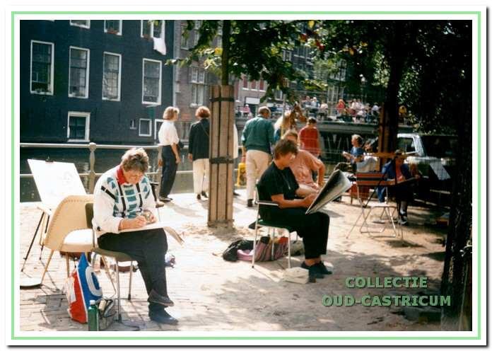 Leden van Perspectief, waaronder Pauline de Jong en Sonja Kaan, namen ook deel aan de schilder- en tekendagen op de Zeedijk in Amsterdam.