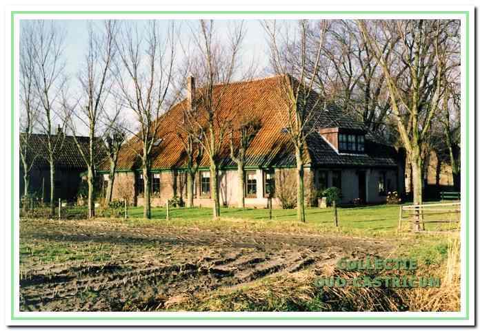 De boerderij in 2000 vanuit het zuidoosten voor de renovatie.