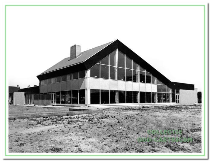 Het bouw van het sportfondsenbad is gereed. Vele jaren later in juni 1987 wordt het grotendeels door brand verwoest. Op dezelfde plaats is later het huidige zwembad gebouwd.