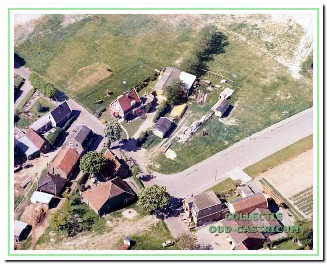 Luchtfoto van het huis van Kees de Nijs met achter het huis de timmerwerkplaats en aan de voorzijde stond naast het huis een bouwkeet die fungeerde als kantoor en dit neventerrein diende ook voor de opslag van bouwmateriaal.