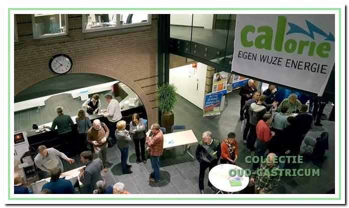 Er is grote belangstelling voor de informatiemarkt van Energiecoöperatie CALorie in het gemeentehuis.