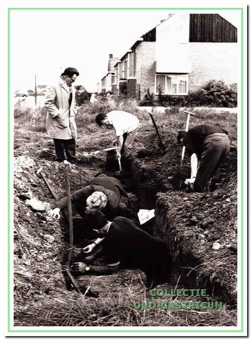 Een van de eerste opgravingen aan de Cieweg eind jaren (negentien)zestig. Derk van Deelen (linksboven) volgt nauwlettend de verrichtingen van Niek Steeman.