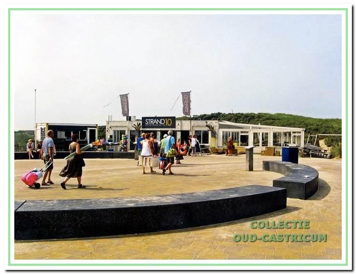 Het strand plateau met strand 10. Castricum aan Zee, 2017. Voorheen heette de kiosk Duinzicht.