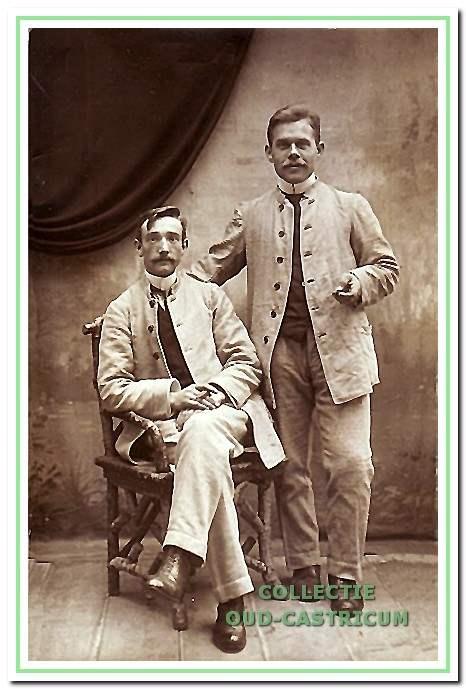 Deze mannen beiden in dienstkleding (1919) van het pas geopende Duin en Bosch zijn: links: A. Giethoorn en rechts G. van Straaten, 28 jaar oud.