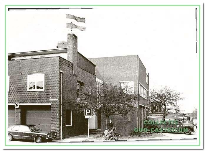 De brandweerkazerne heeft een nieuw aanbouw gekregen die rechts aan de kant van de burgemeester Boreelstraat te zien is.