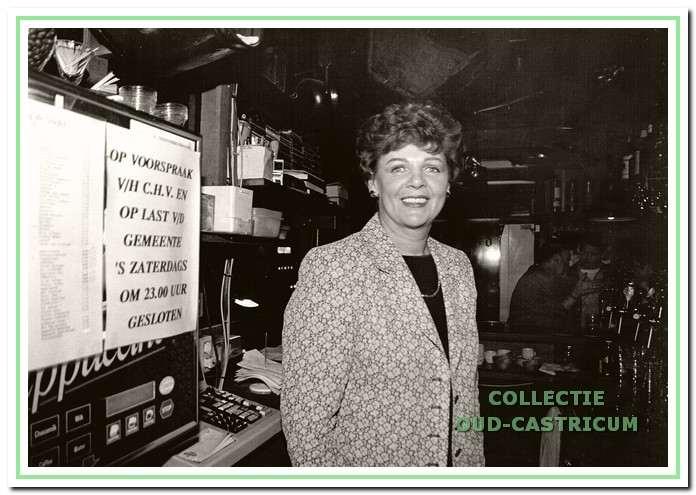 Marjan Toepoel, bedrijfsleidster en barvrouw van café de Stiefel, ziet niets in de discobus.