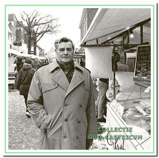 Marktmeester J.Admiraal op de markt.