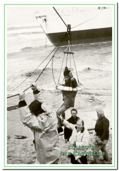 De bemanning  van de Wan Chun wordt gered.