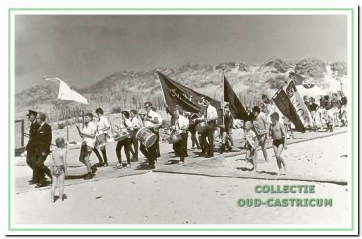 Sportverenigingen bij strandafgang in 1965.