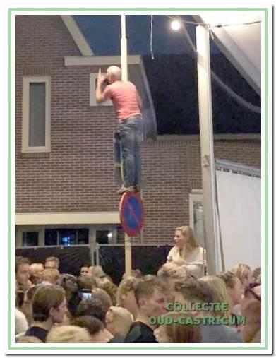 Jarenlang klom Hein Poel in de lantaarnpaal. Dat deed hij ook tijdens de Bakkummer kermis in 2018.