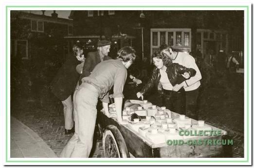 Mary Scheerman wordt in 1970 op de Bakkummer kermis door Bal Molenaar in de kar van olieman Piet Boon getild. Voor de kar staat Nico Grandiek.